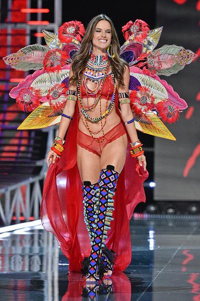 Последний выход Алессандры Амбросио на шоу Victoria's Secret 2017