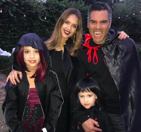 Джессика Альба с мужем Кэшем Уорреном и дочками Хэвен и Хонор