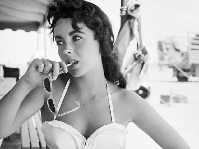 Актриса Элизабет Тейлор, 1963. Потому что была не только хороша на экране, но и занималась благотворительностью. А еще была невероятной красоткой