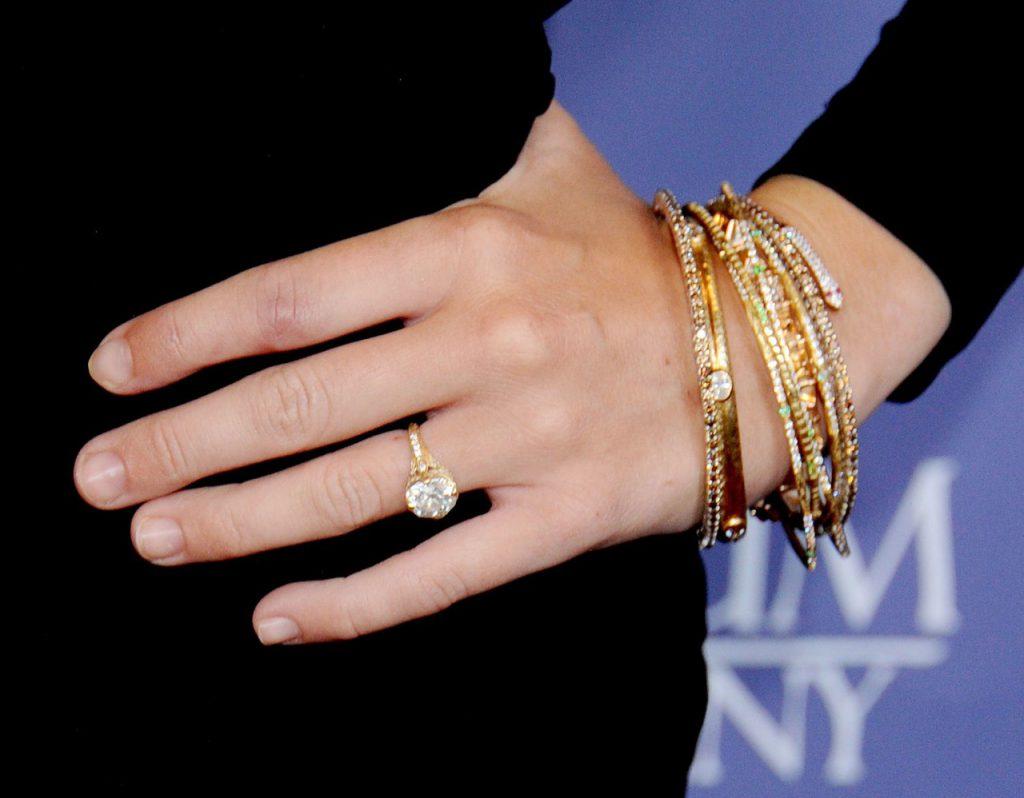Актер Лиам Хемсворт сделал предложение актрисе и певице Майли Сайрус кольцом Neil Lane за $250 тыс.