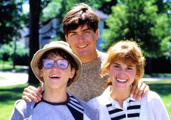 Кадр из фильма «Лукас». Слева Кори Хейм, а посередине Чарли Шин