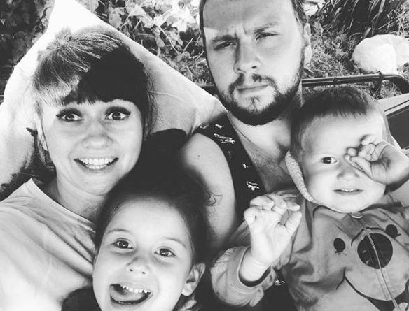 Аня Руднева с мужем и детьми