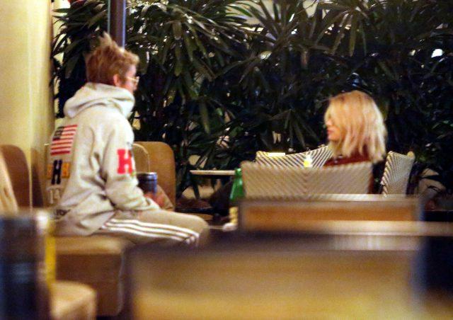 Джастин и Селена в кафе после церкви