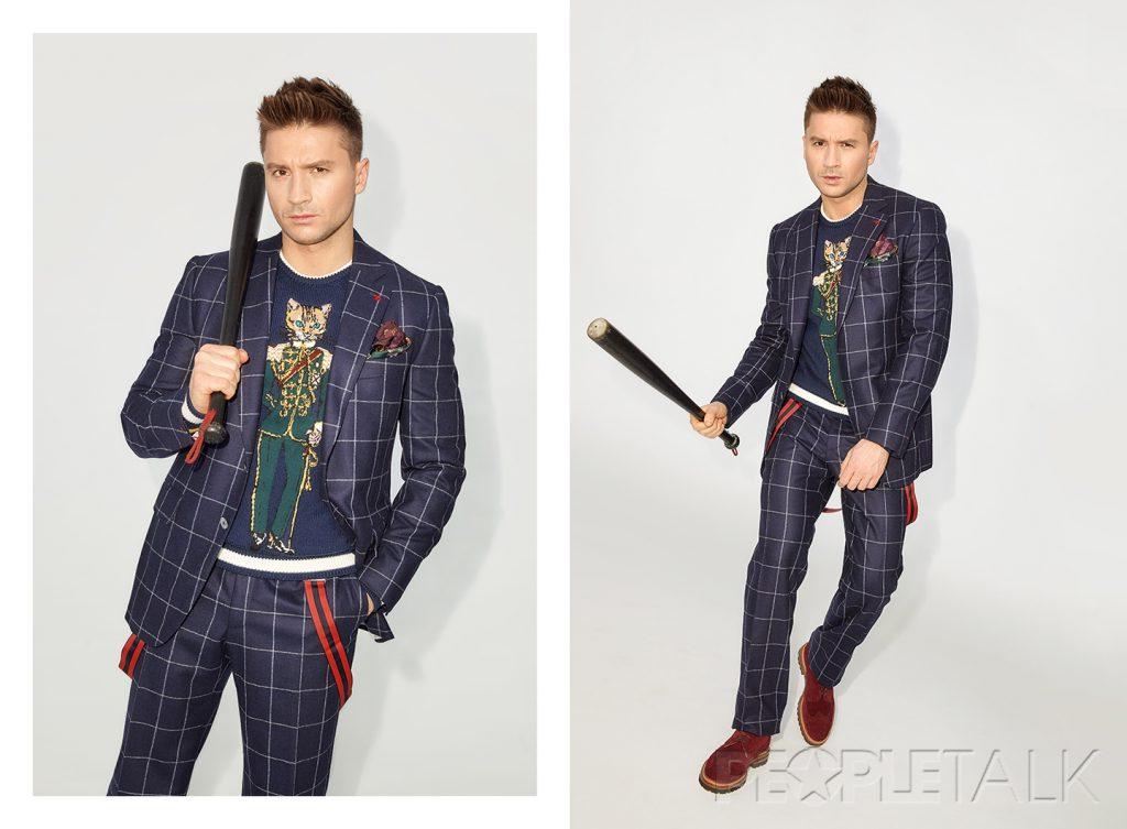Пиджак и брюки, Isaia; Свитер, Dolce & Gabbana; Подтяжки, Brooks Brothers; Обувь, Kiton; Платок, Dolce & Gabbana