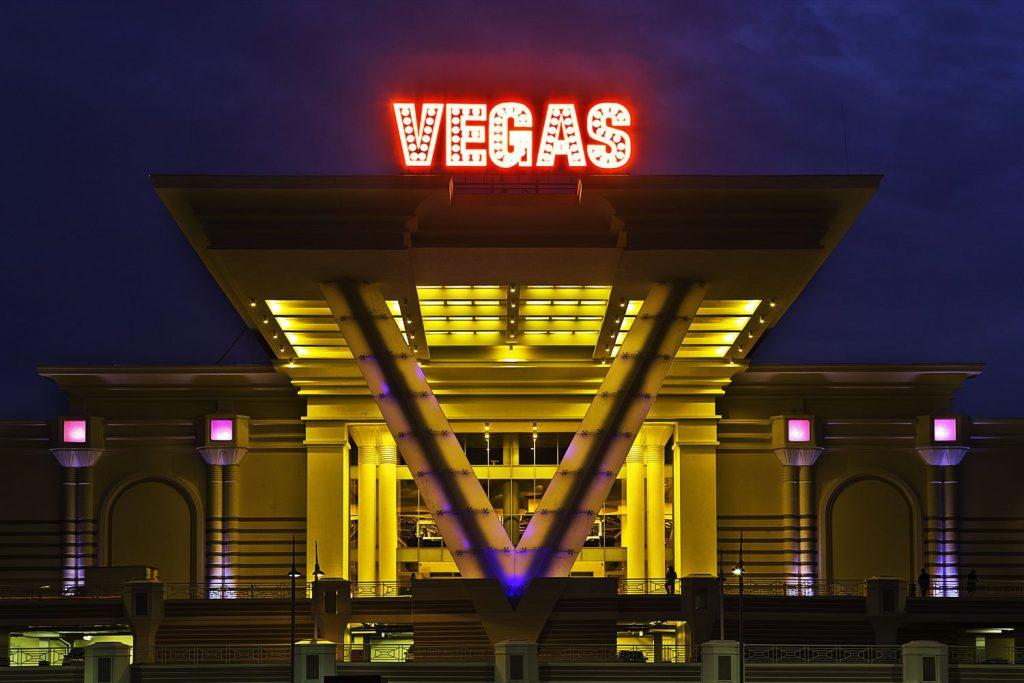 Другой отличный вариант - торговые центры. Все они первого января почти пустые, а про скидки забывать нельзя! «Вегас» открывается в 15:00, «Метрополис» - в 16:00, а «Мега» в 14:00