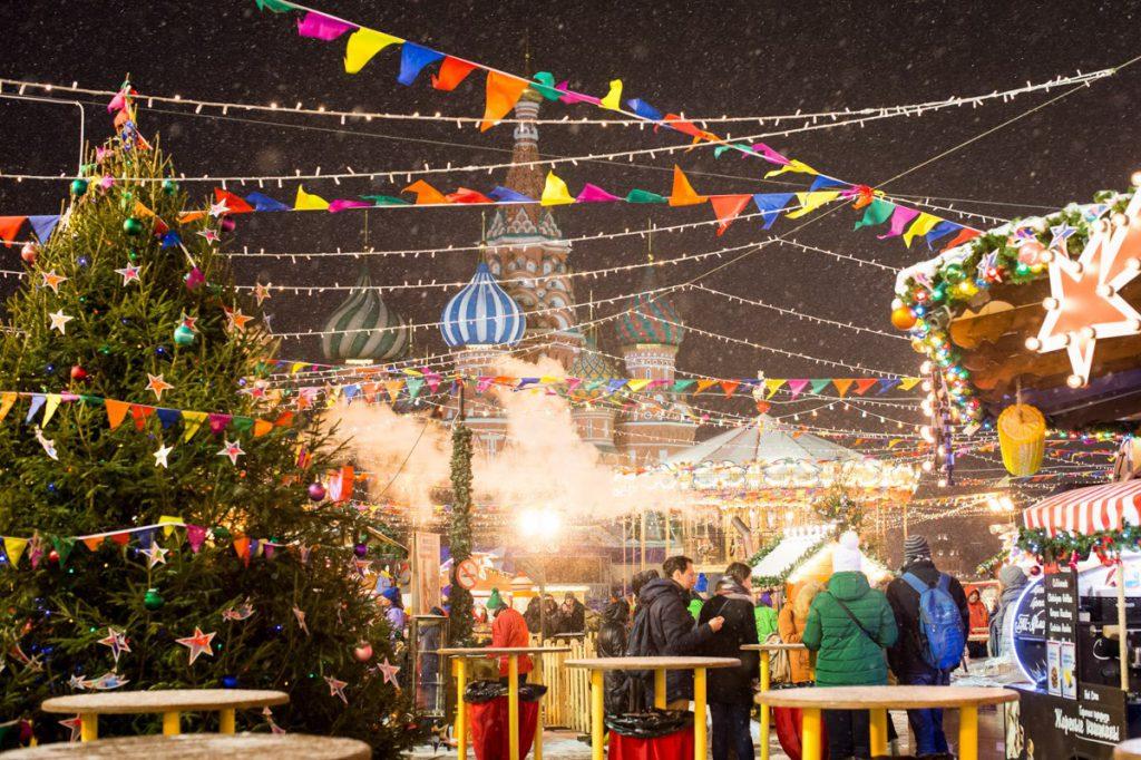 А если на коньках кататься не умеешь - иди гуляй по ярмарке на Красной площади. Глинтвейн поможет не замерзнуть!