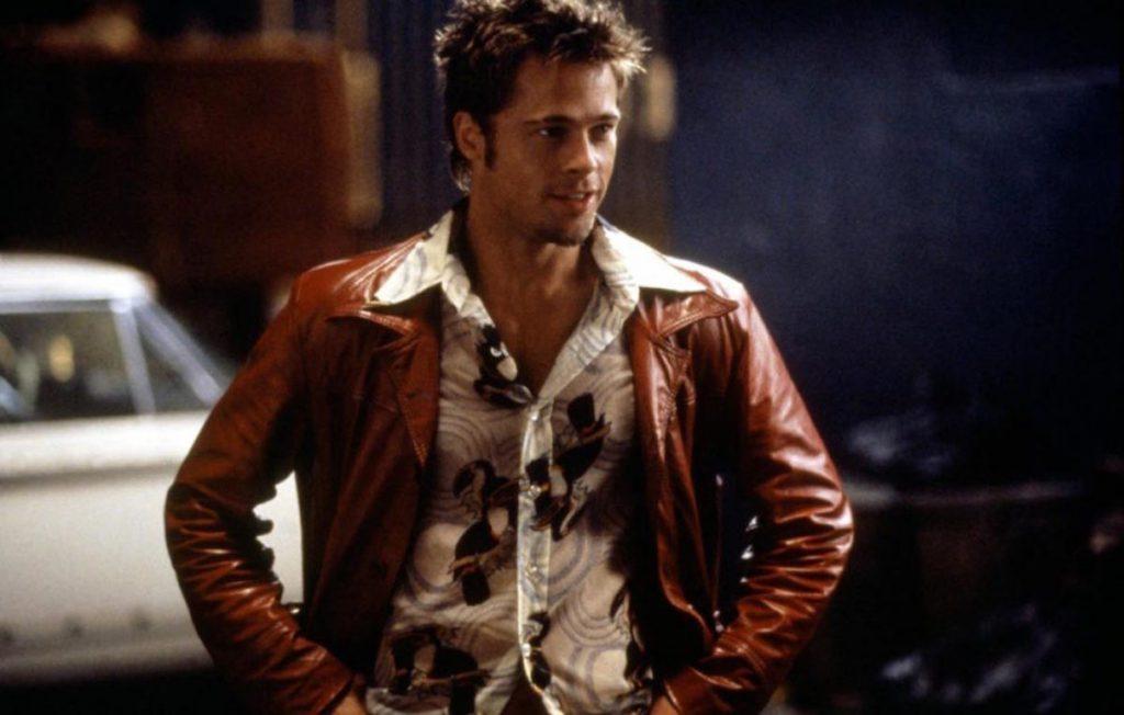 1999 год, на экраны выходит «Бойцовский клуб» - одна из лучших картин Питта, ради которой он брал уроки бокcа и тхэквондо. Во время съемок у Брэда откололась часть зуба, но он решил его не восстанавливать - сказал, это соответствует характеру героя.