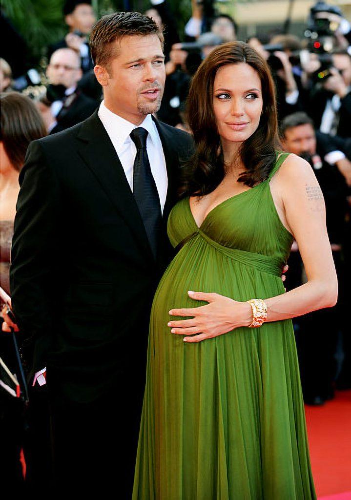 А это 2006-й. Анджелина полтора года скрывала отношения с Брэдом, а потом - о, чудо - объявила о том, что ждет от Питта первого ребенка.