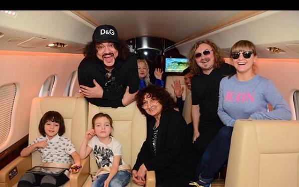 А уже сегодня Филипп с детьми и друзьями летит на отдых