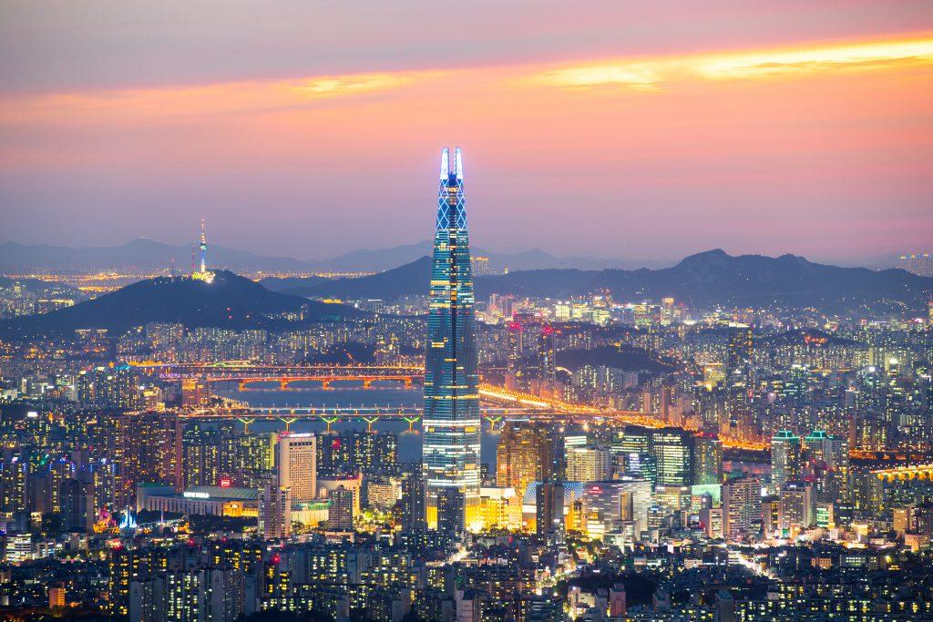 Lotte World Tower Пять причин, почему тебе обязательно нужно съездить в Корею Пять причин, почему тебе обязательно нужно съездить в Корею 3110002201708002k seoul night view 1024x683