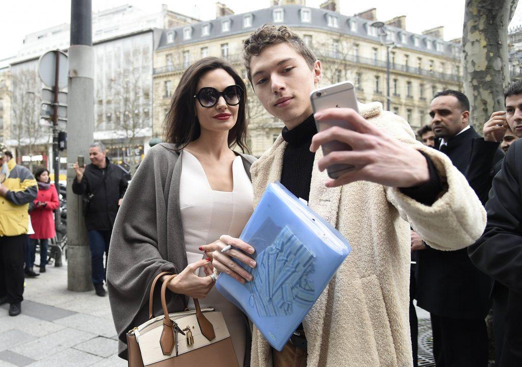 Анджелина Джоли с поклонником