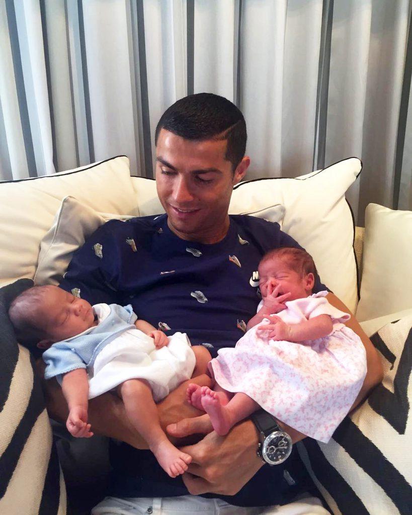 Криштиану Роналду с близнецами Матео и Евой