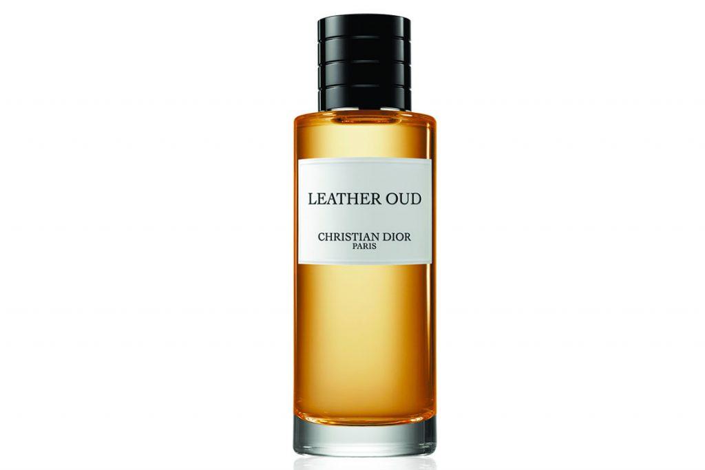 Парфюмерная вода Leather Oud от Christian Dior (от 10 000 р.) с особенным сочетанием нот кожи и уда, которые вместе придают аромату бархатное звучание и создают «эхо» древесной дымки.