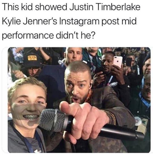 Этот парень показал Джастину Тимберлейку пост о том, что Кайли родила, пока он выступал