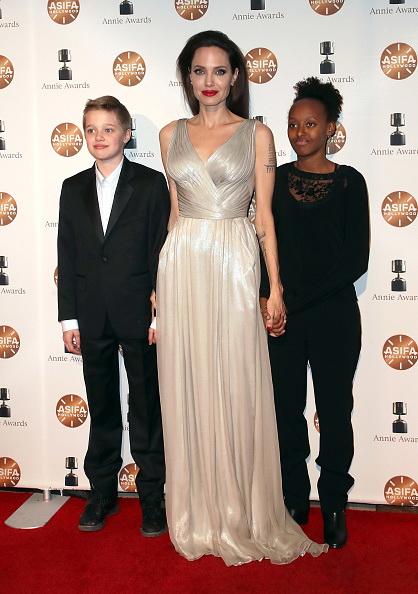 Анджелина с дочками на премии Annie