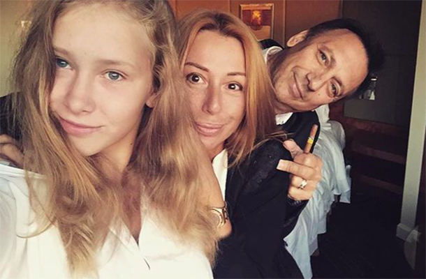 Ксения Иратова с мамой и папой; @neаpina