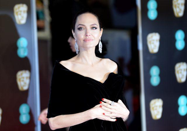 05ba5b9719e Опять черное и с сексуальным разрезом. Все о платье Анджелины Джоли на  премии BAFTA