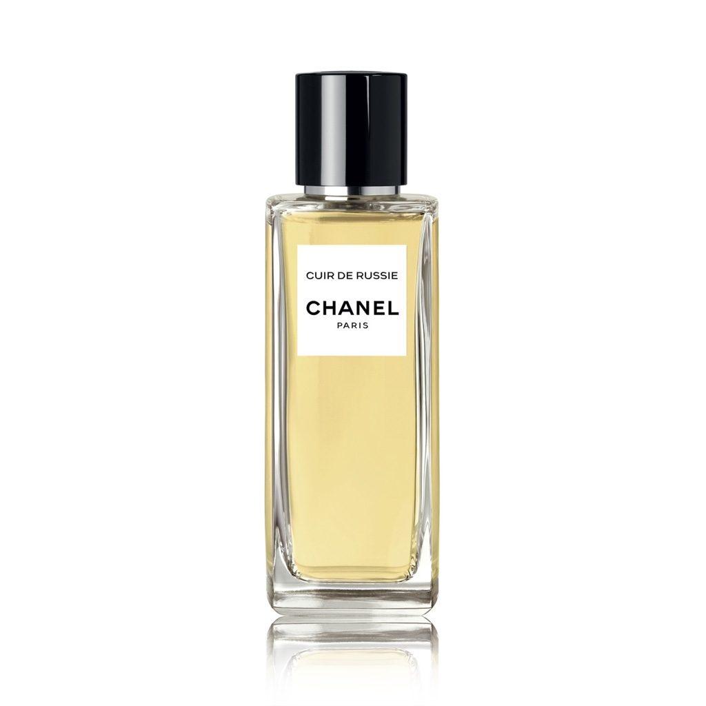 Les Exclusifs de Chanel Cuir de Russie (12 000 р.) – теплая композиция с белым кедром, нотами кожи и табаком, настоящее парфюмерное совершенство: звучит роскошно, сексуально, богемно!