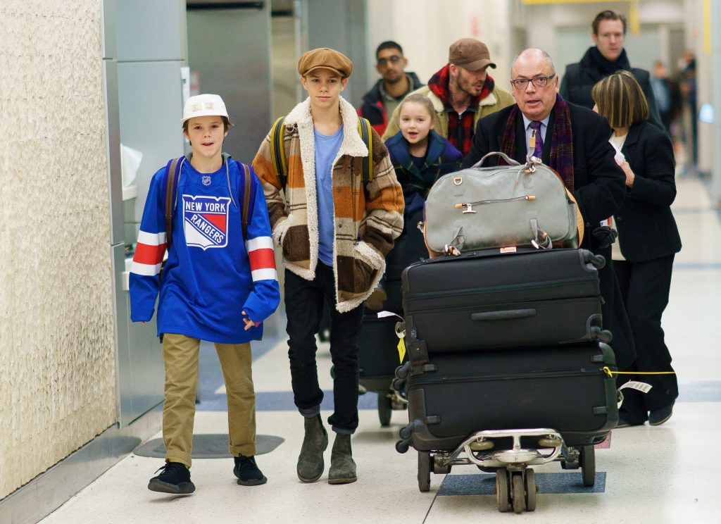 Круз, Ромео, Харпер и Дэвид Бекхэм в аэропорту Нью-Йорка