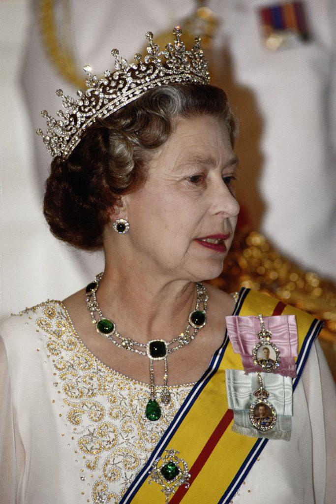 На фото на королеве ожерелье и серьги, известные как «Кембридж и Дели Дюбар» и тиара «От девушек Великобритании и Северной Ирландии», известная как «бабушкина тиара». Ее, кстати, можно носить как ожерелье. 1989 год.