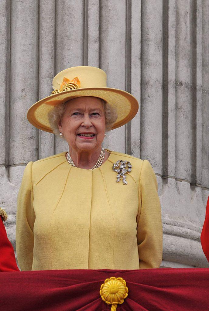 Это самая большая брошь в виде банта в списке украшений королевы. Она была передана ей по наследству от королевы Мери в 1953 году.