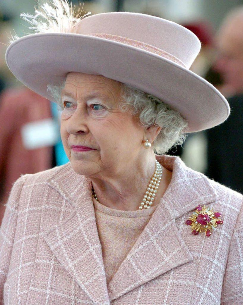 Эту брошь из желтого золота, рубинов и алмазов королеве подарил муж, принц Филипп, в 1966 году. С тех пор она в числе фаворитов королевы.