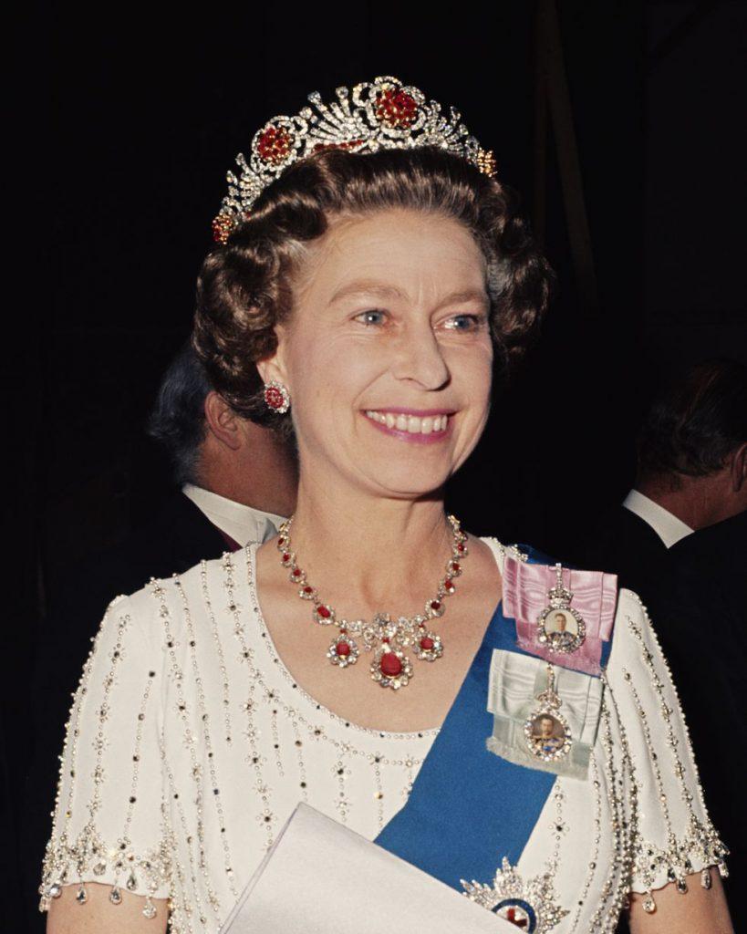 В 1977 году в Ковент-Гардене в тиаре, инкрустированной рубинами, которые были ей подарены бирманцами в день коронации