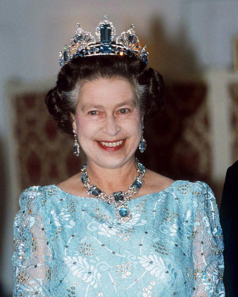 В 1986 году королева Елизавета появилась на приеме в аквамариновых серьгах и ожерелье. Украшение было подарком от бразильского народа в честь коронации Елизаветы.