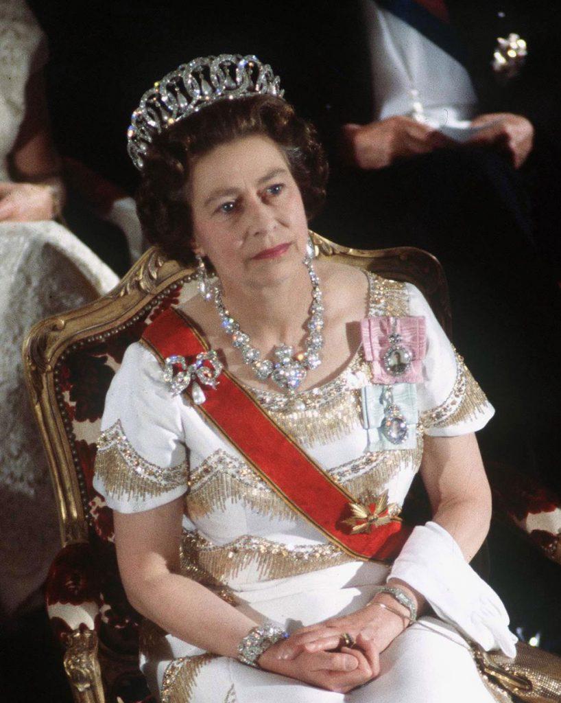 А это 1978 год. На голове у королевы знаменитая Владимирская тиара, состоящая из 15 бриллиантовых колец. Ожерелье и брошь - подарки королевы.