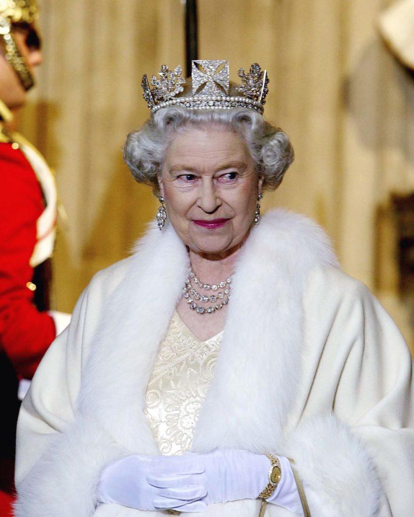 Эту корону Елизавета II традиционно носит на заседания парламента. Она была сделана в 1820 году и состоит из 1333 бриллиантов.