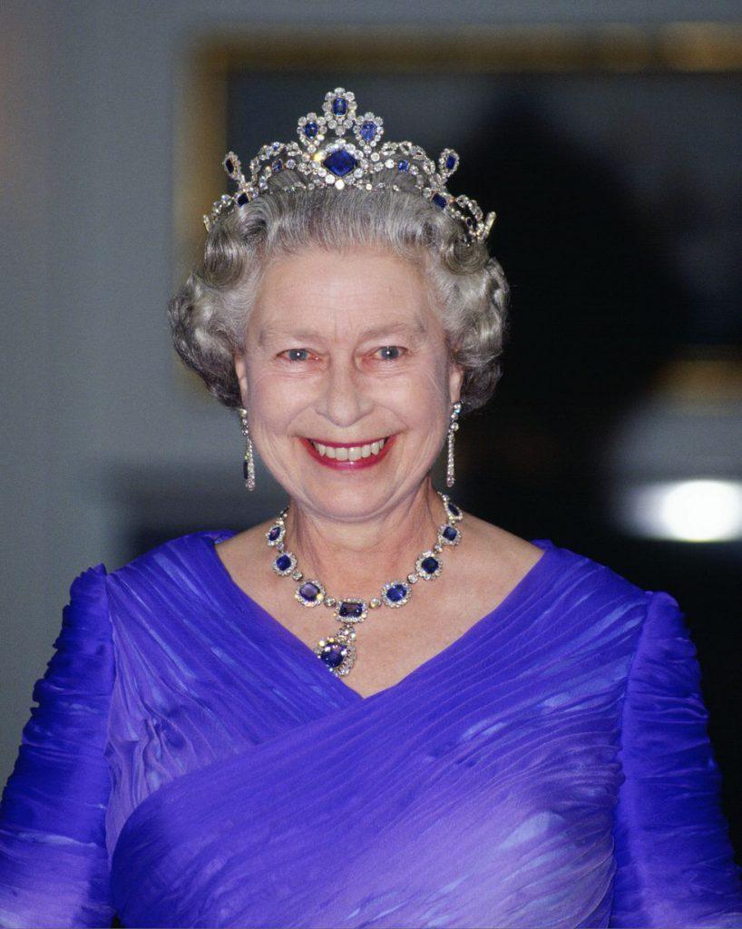 Ожерелье и серьги с сапфиром и алмазами известны как «Викторианский набор». Это подарок королеве, сделанный ее отцом в день свадьбы.
