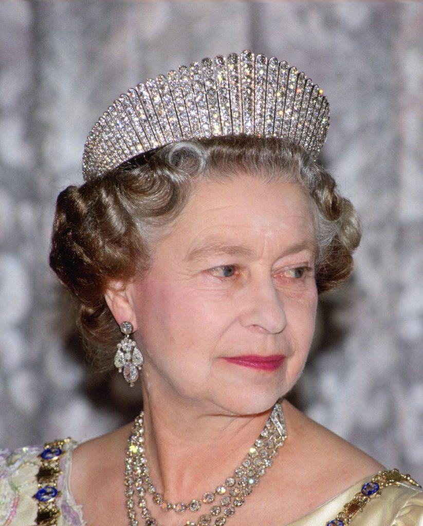 Голову королевы украшает «Русский кокошник». Эта тиара была подарена королеве ее отцом, и с тех пор это ее любимое украшение.
