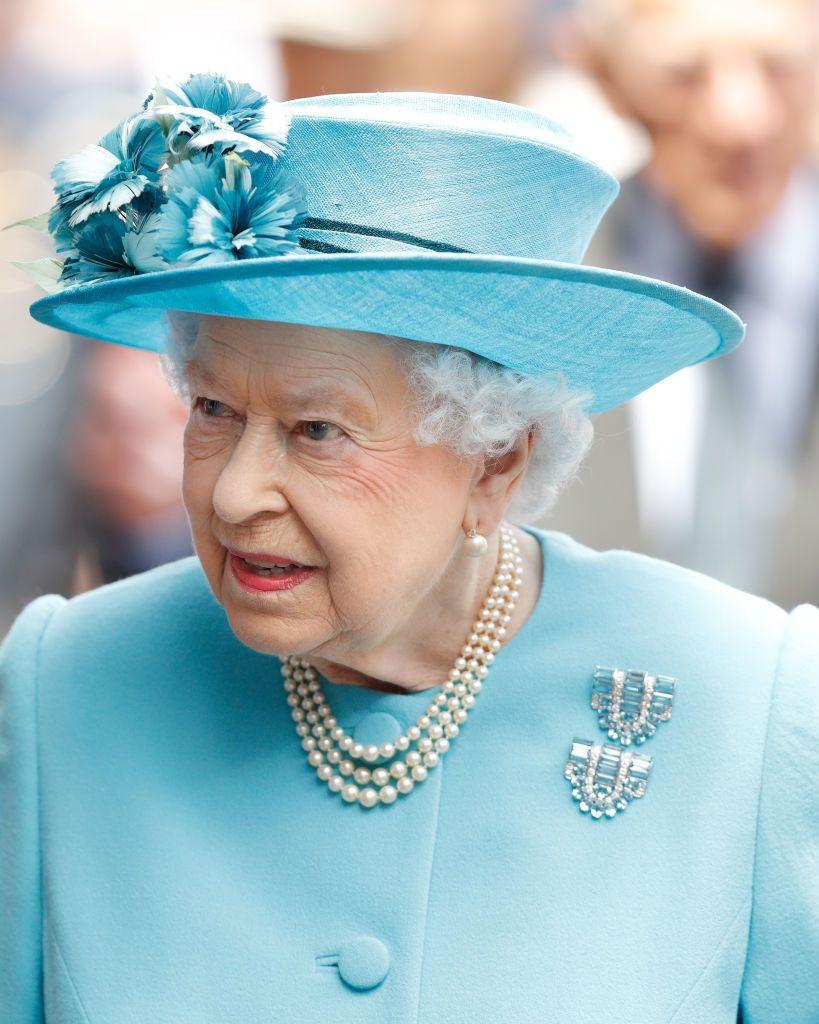 Кажется, это жемчужное ожерелье - самое любимое в числе королевских украшений. Елизавета II появляется в нем довольно часто. И правильно - это классика, и она подходит ко всему.
