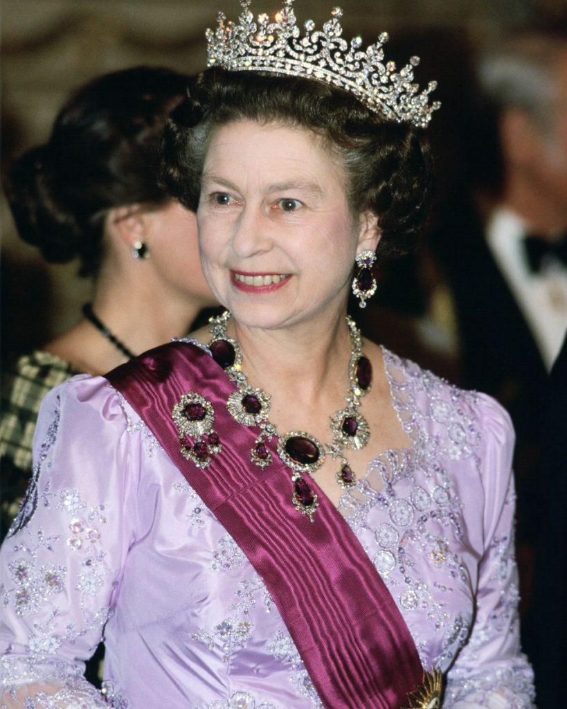 Ожерелье, брошь и серьги, которые королева Елизавета надела 26 марта 1985 года, принадлежали матери королевы Виктории. Настоящая семейная реликвия.
