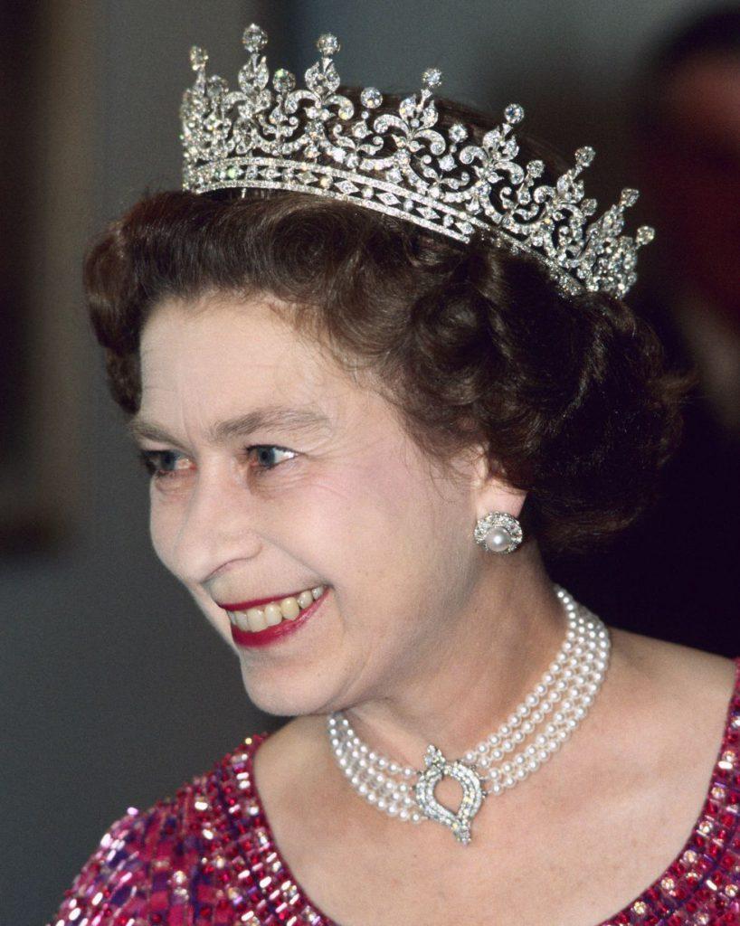 На фото 1983 год. А на шее у королевы жемчужный чокер с бриллиантовым кулоном - подарок от японского правительства.