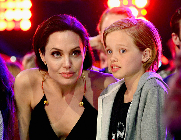 Сменила стиль: дочь Анджелины Джоли отрастила волосы и снова носит юбку