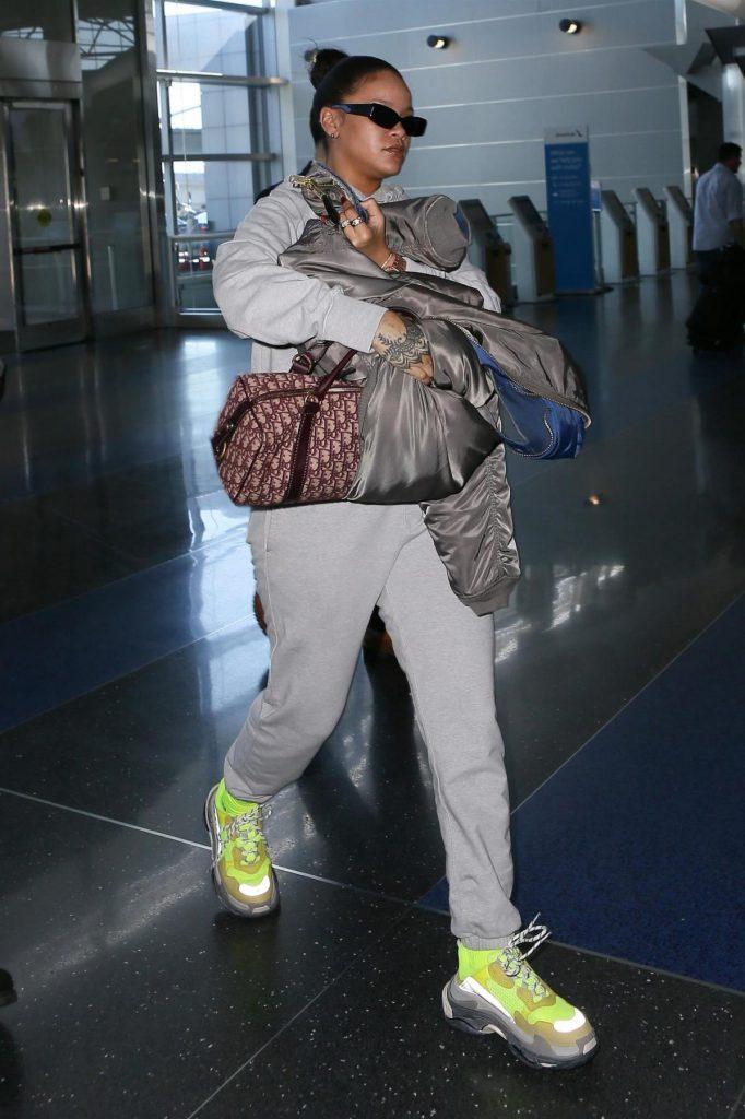 Рианна с сумкой Dior