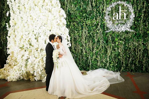 В 2014 году Анжела вышла замуж за актера Хуан Сяомина (40) в наряде, производством которого в течение 5 месяцев (!) занимался модный Дом Dior. Точная стоимость платья неизвестна, однако в общей сложности свадьба обошлась молодоженам в 31 миллион долларов, и немалая часть суммы ушла как раз на платье