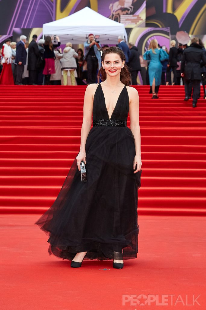 Елизавета Боярская в платье Yanina Couture с украшениями и клатчем TOUS