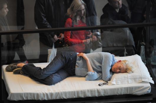 Тильде Суинтон повезло больше всего. Она спала санкционированно - во время своего перфоманса в нью-йоркском музее MoMA
