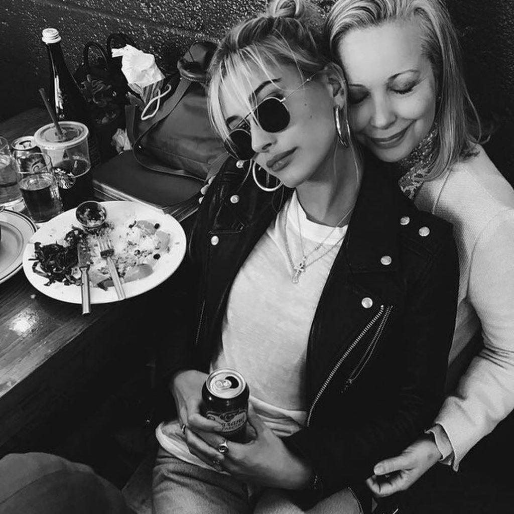 Хейли Болдуин с мамой