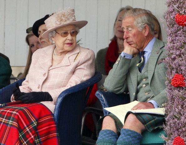 А на этом фото Елизавета II, видимо, ругает сына Чарльза за то, что тот задремал на 53-й Церемонии открытия содружества наций