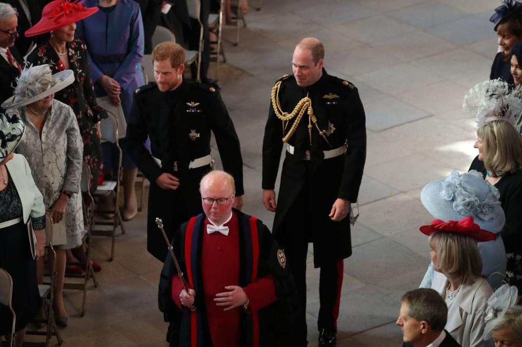 Принц Гарри и принц Уильям идут к алтарю