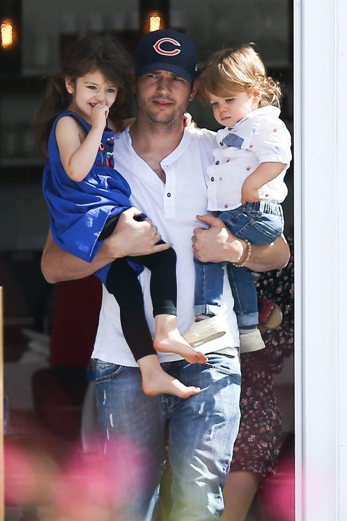 Эштон Кутчер с детьми