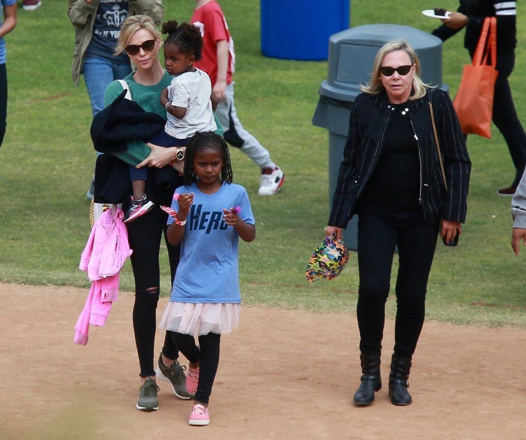 Шарлиз Терон с детьми и мамой