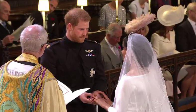 Принц Гарри и Меган Маркл обмениваются кольцами