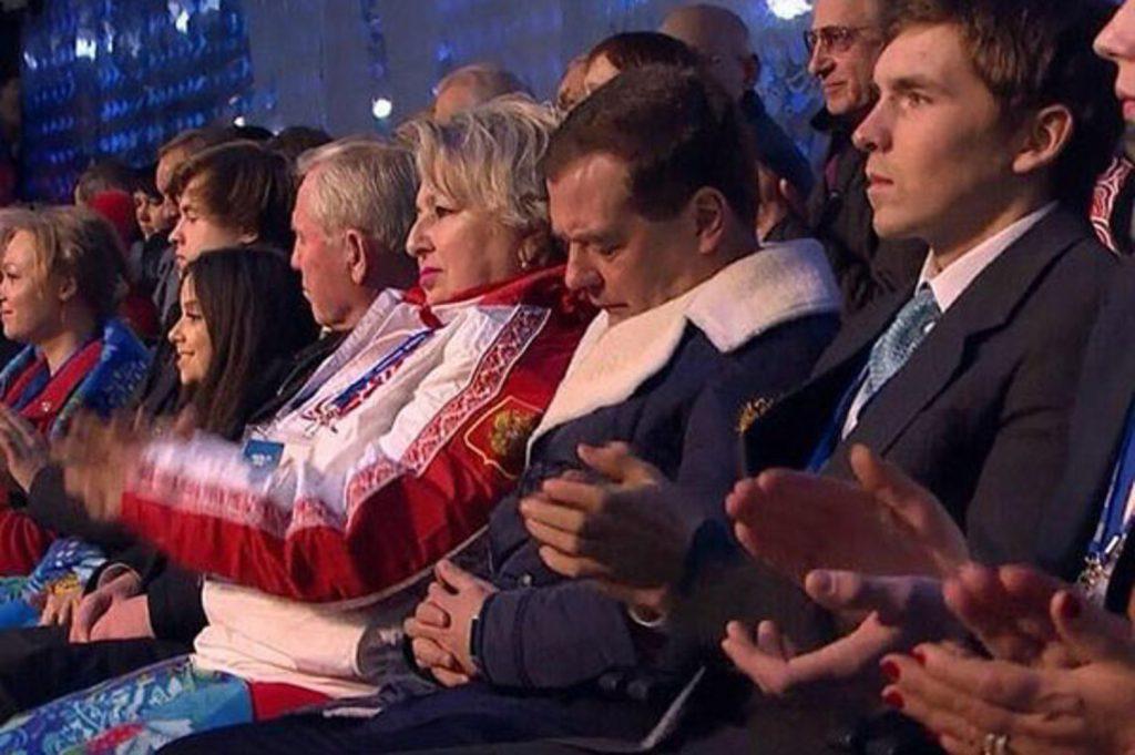А это фото в 2014-м стало главным мемом Рунета. Дмитрий Медведев заснул на открытии Олимпиады в Сочи. Так долго готовились, что сил на саму церемонию, видимо, не осталось