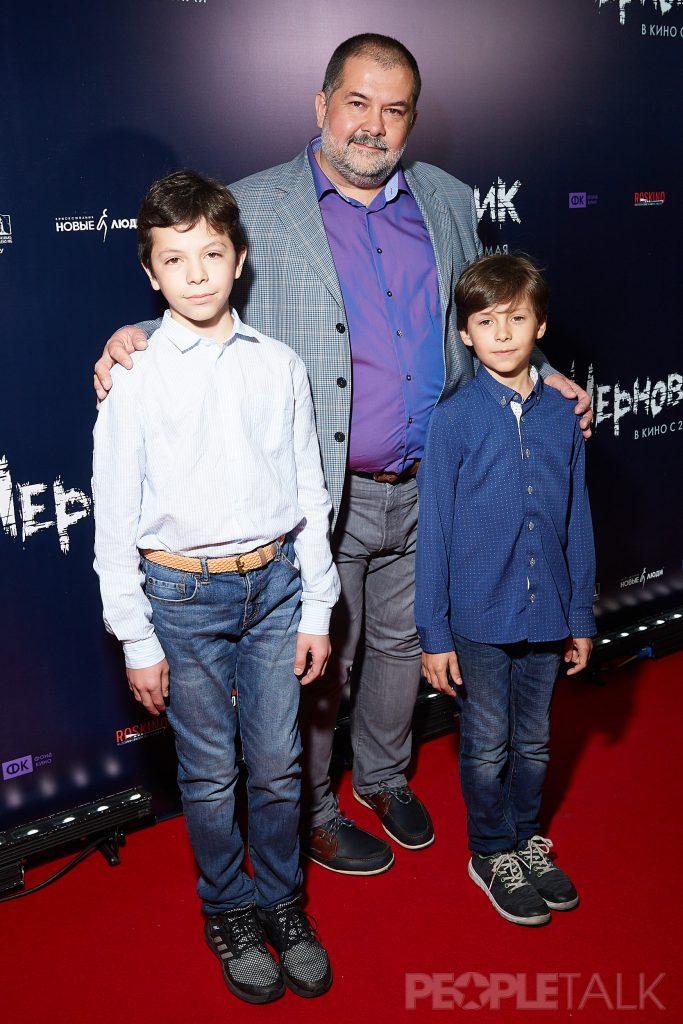 Сергей Лукьяненко с сыновьями