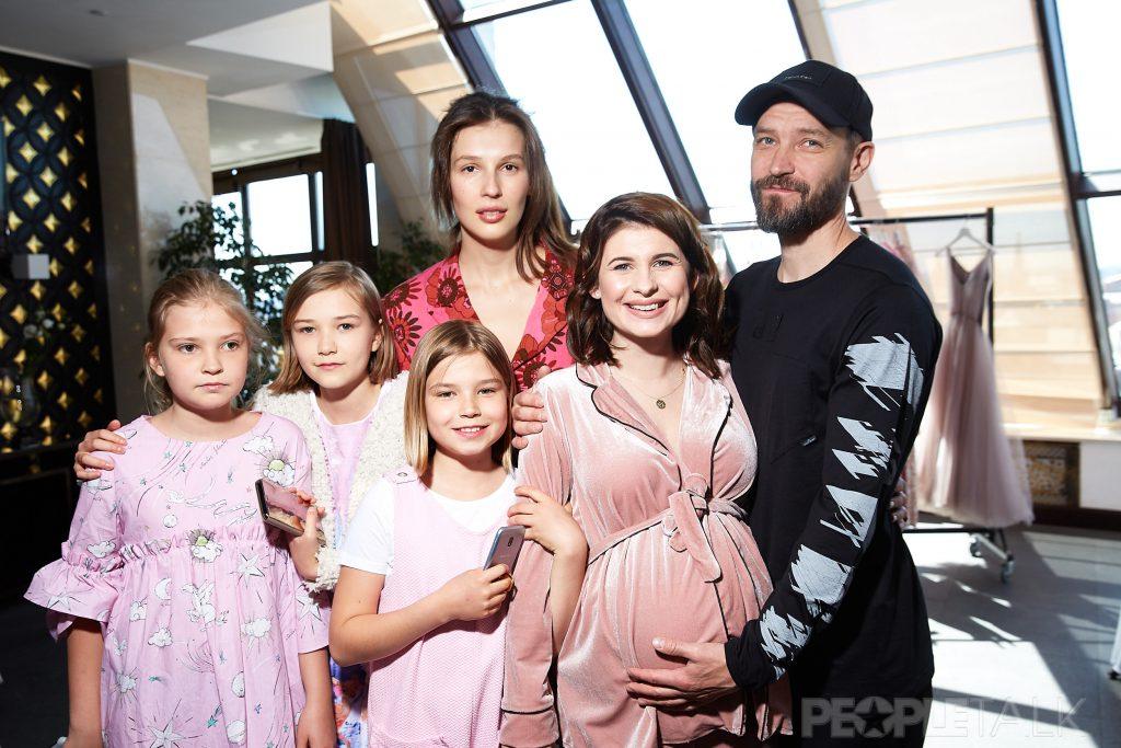 Ольга и Владимир Кристовские с детьми и Анна Цуканова-Котт