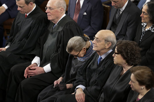 Старейшина Верховного суда США Рут Гинзбург уснула в 2015-м, во время речи Обамы о положении страны. Так себе он оратор, судя по всему!